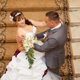 Свадебная прическа с челкой , диадемой и живыми цветами - орхидеями. В прическе объемные виски.