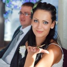 Свадебный макияж - кошачий глаз ( cat′s eye) с использованием бело-розовых и коричневых теней.