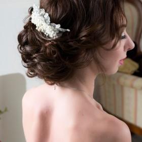 Свадебная прическа объемная по всему затылку, выполнена воздушными завитками.