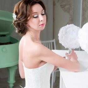 Свадебный макияж с ярко белым цветом,а угол глаза выполнен в коричневых тонах. Такой макияж всегда освежает и увеличивает визуально глаза.