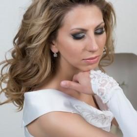 Свадебный макияж от белого с светло-серебристым до серого и черного в виде петли. Макияж с накладными ресницами. Выделенное пространство белым между верхним и нижним веком у внешней стороны разреза глаз увеличивает глаза, делает лицо пропорциональней. И такой вариант считается свадебным.