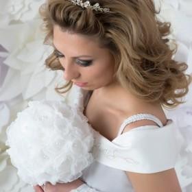 Свадебная прическа с очень короткой челкой. В последний момент мы ее убрали назад, открыв лоб. Волосы волной лежат от лица.