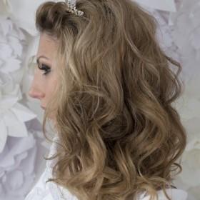 Свадебная прическа ввиде полураспущенных волос. Завитки еле уловимы, лежат легкой волной