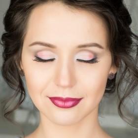 Свадебный макияж в нежных цветовых решениях: как белый, розовый, фиалковый. Но при этом цвета насыщенные, чистые за счет акварели. Такое двойное использование дает стойкость макияжу.