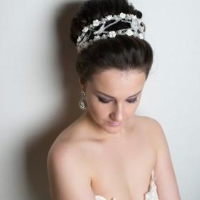 Глаза невесты накрашены в винно-фиолетовых оттенках в стиле <<дымка>>. На ресницах только тушь. Прическа высокая объемная.