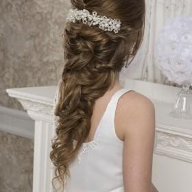 В этой свадебной прическе, верхний затылок , объемный с использованием начеса . Волосы выложены свободными, легкими прядями.