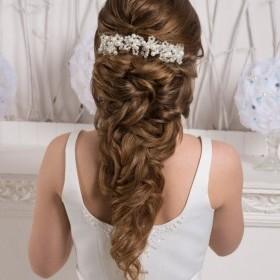 Свадебная прическа с накладными прядями для густоты и длинны. Так как свои волосы в накрутке локонов и создания форм теряют длину. При желании всегда можно использовать дополнительные волосы.