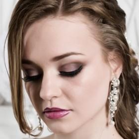 В этом свадебном макияже присутствуют цвета:  коричневый насыщенный, розово-бежевый, розово-белый, а также белый чистый и цвет слоновой кости.
