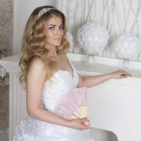 Волосы длинные, натуральные. Свадебная прическа в стиле голливудская нежная волна. Челка набок, объемная и небольшой начес.