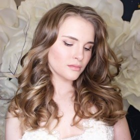 Нежный макияж для невесты выполнен бежевыми тенями и пигментами. Черная стрелка продублирована белыми тенями и пигментами.
